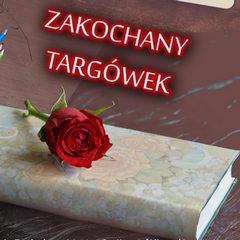 kwiat róży położony na książce