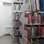 półki z książkami w bibliotece