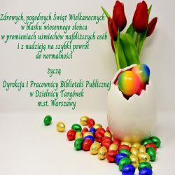 kartka wielkanocna; 5 tulipanów i duże białe jajko, stłuczone u góry; w jajku są kolorowe jajka wielkanocne; dookoła jajka też są rozsypane kolorowe jajka wielkanocne; tekst życzeń: Zdrowych, pogodnych świąt wielkanocnych w blasku wiosennego słońca, w promieniach uśmiechów najbliższych osób i z nadzieją na szybki powrót do normalności życzą Dyrekcja i pracownicy Biblioteki Publicznej w Dzielnicy Targówek m.st. Warszawy