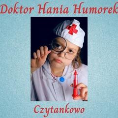zdjęcie ilustrujące treść książki przedstawia małą dziewczynkę ubraną w strój pielęgniarki, trzymającą zabawkową strzykawkę